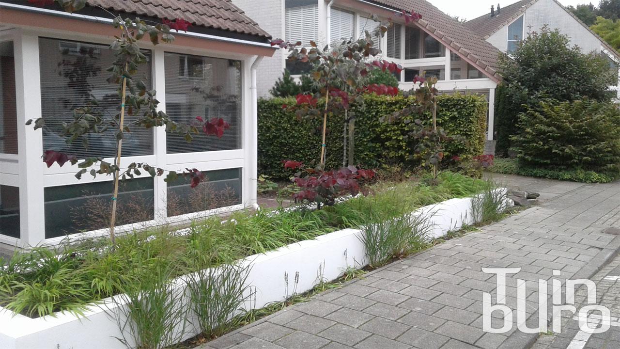 Moderne tuin met vlonder tuinburo