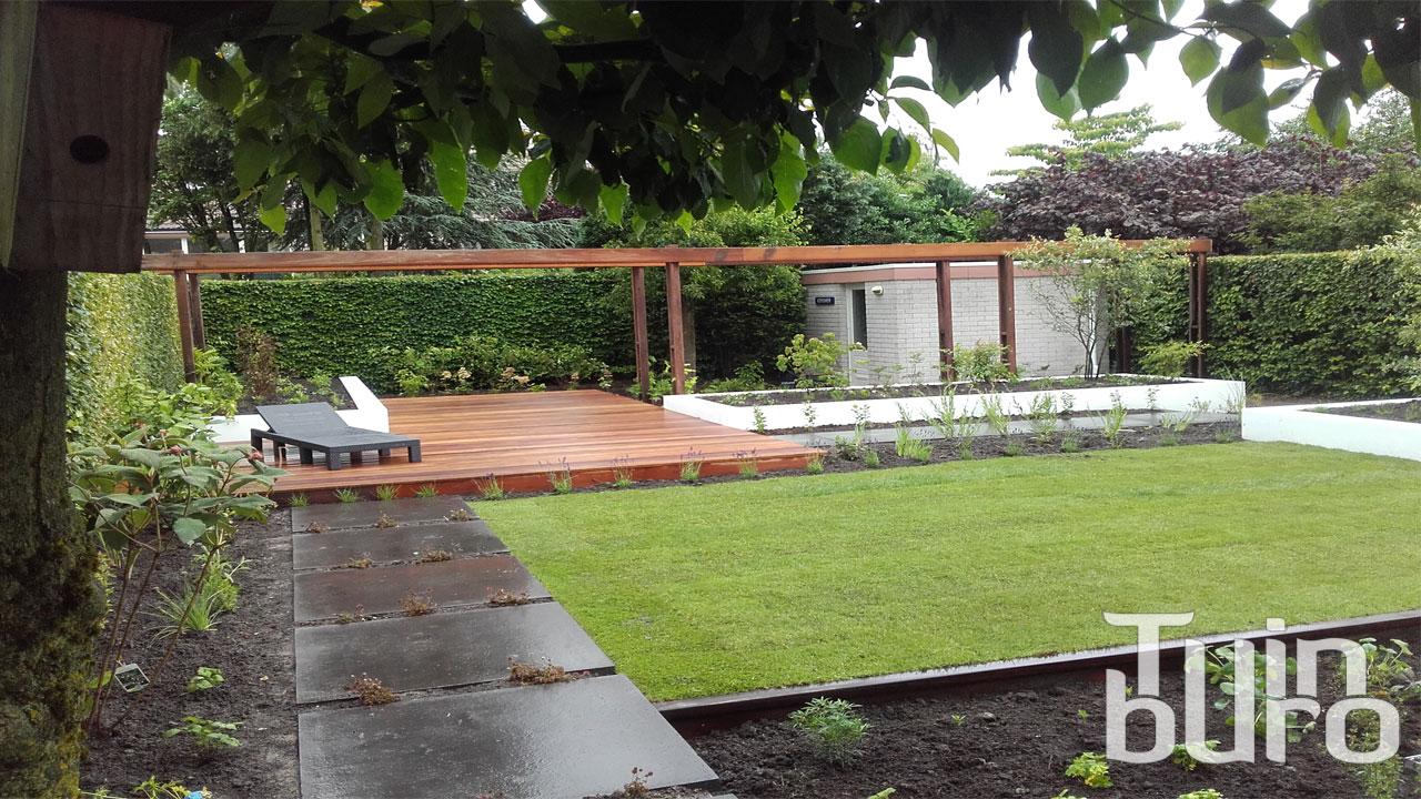 Moderne tuin met vlonder tuinburo for Moderne tuin